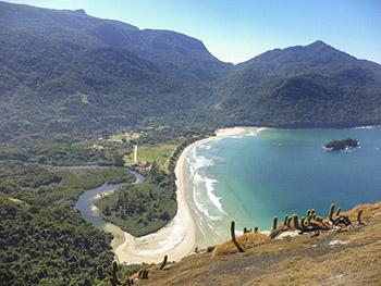Praia de Dois Rios com ruínas do presidio, vista do pico de Dois Rios.