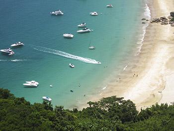 O final da Praia de Lopes Mendes é mais tranquilo para as embarcações