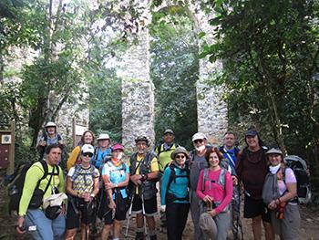 Grupo de trekking em frente ao Aqueduto - Abraão - Ilha Grande - RJ