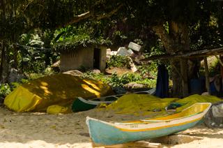 Canoas caiçaras na Praia da Cachoeira