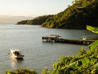 Barcos, águas calmas e Mata Atlântica preservada na Passaterra