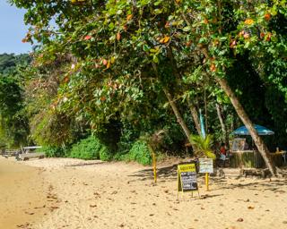 Vendedores de água de coco, bebidas e lanches na Praia do Pouso