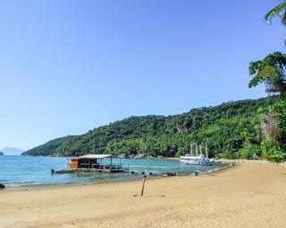 A Praia do Pouso e o flutuante, único restaurante da praia