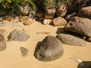 Na areia da Praia do Arrecifes são encontradas pedras de diversos tamanhos e formatos