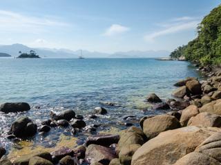 Se deseja praticar o snorkel na Praia do Arrecifes, procure mergulhar nas encostas onde existem pedras