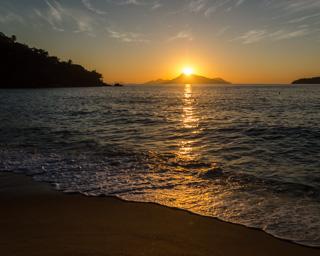 A Praia Brava e o espetáculo do nascer do sol, bem em frente à praia