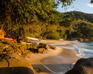 A Praia Brava é pequenina, escondida e muito charmosa