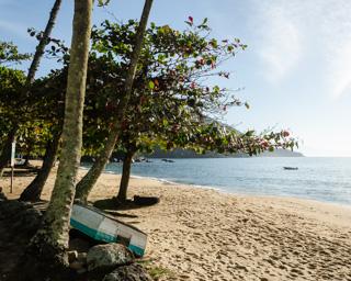 A tranquilidade e simplicidade da vida caiçara, presença forte na Enseada de Palmas