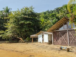 Na Praia da Itaóca existe apenas uma casa, rodeada pela Mata Atlântica