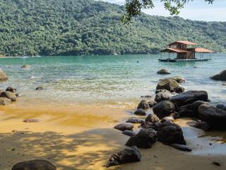 Apenas um flutuante faz companhia à Praia da Itaoquinha