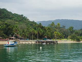 A Praia de Fora possui pousada, restaurante e um pequeno cais