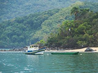 Barcos de pesca e canoas caiçara sempre presentes