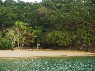Praia do Iguaçú possui longa e estreita faixa de areia dourada