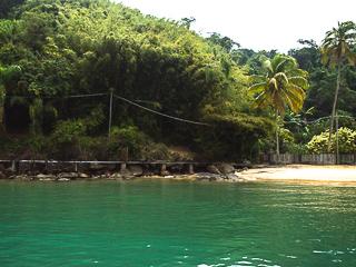 Existe um pequeno cais do lado direito da praia