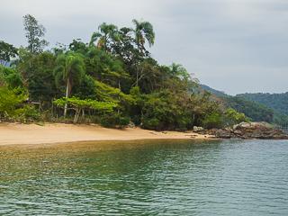 Pouco visitada, a Praia do Perequê oferece muita tranquilidade