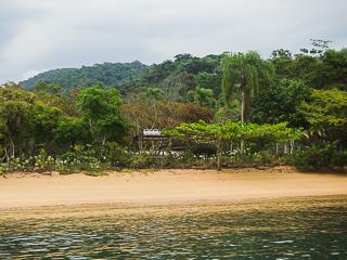 A Praia do Perequê possui estreita faixa de areia, um pouco inclinada